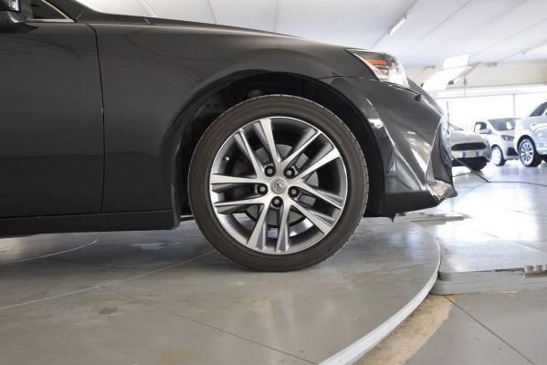Lexus IS Hybrid 21