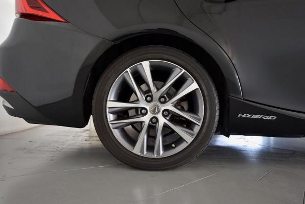 Lexus IS Hybrid 23