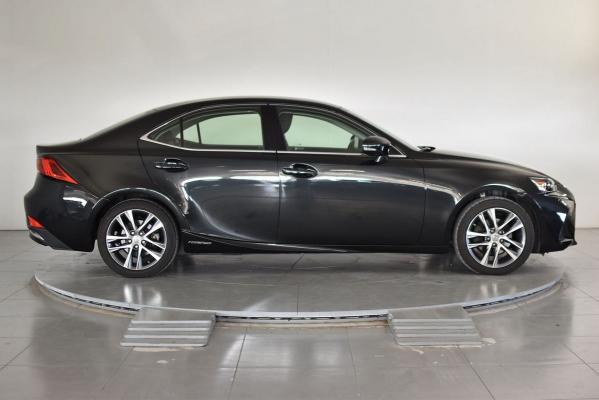 Lexus IS Hybrid 5
